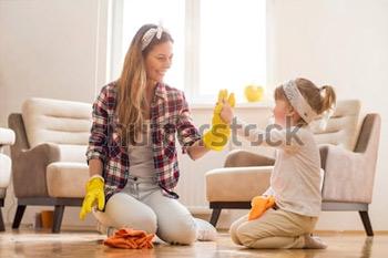 Дочь и мать, уборка дома вместе и с удовольствием.